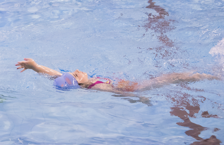 a 6 year old child swims with ease and good technique at blue wave Swim school in London, UK